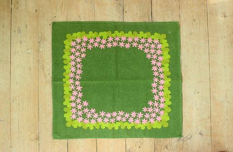 ピンクの花柄のレトロプリントクロス(Green)
