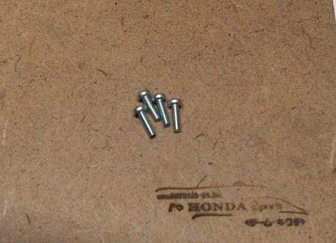 フロントウインカレンズなどのネジ 3×10ボルト(4本)