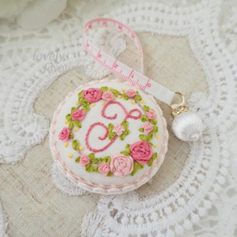 イニシャルJ : 花刺繍のメジャーとピンクッションセット