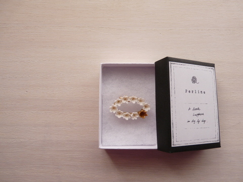 【Perline】cray flower brooch [oval] <white×gold>