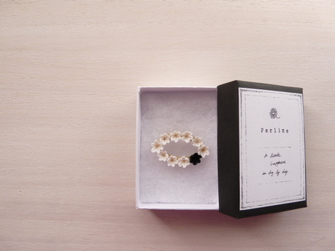 【Perline】cray flower brooch [oval] <white×black>