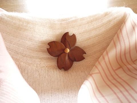 桜の木の花のブローチ ハナミズキ