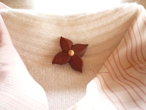 桜の木の花のブローチ ヤマボウシ