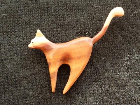 ネコのブローチ  狙うネコ