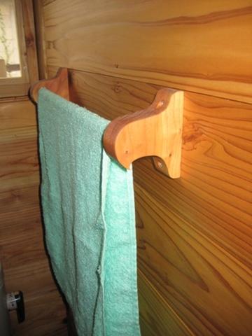 鳥の木製タオル掛け