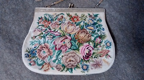 大胆なお花のデザインのマイクロプチポワンバッグ