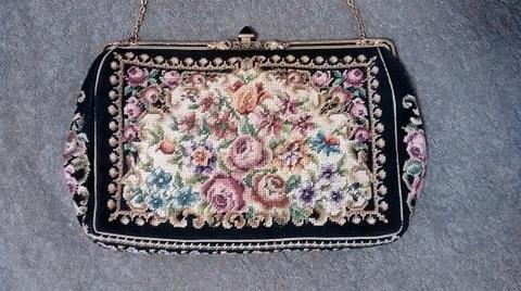 オーストリア製 高貴な雰囲気漂うプチポワンバッグ