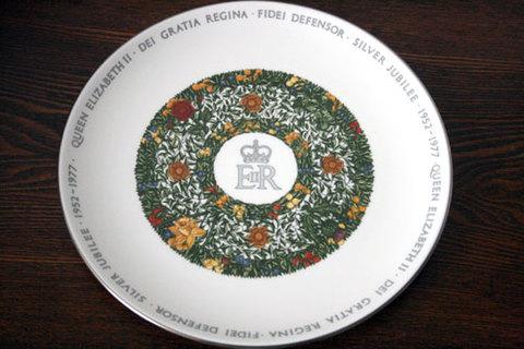 クラウンスタッフォードシャー製 エリザベス女王2世の即位25周年記念皿