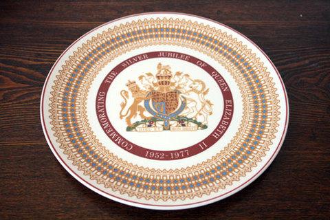 Royal Tuscan(ウェッジウッド) エリザベス女王2世の即位25周年記念皿