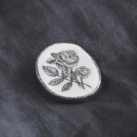 薔薇のモノクロブローチ