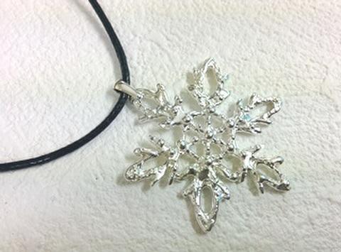 シルエットペンダント雪の結晶