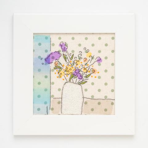 B33 ブルーのカーテンと花びんの花