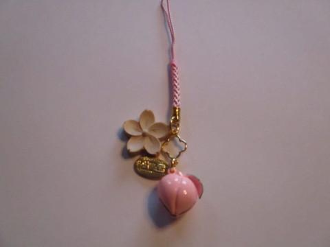木彫りの桜と桃鈴