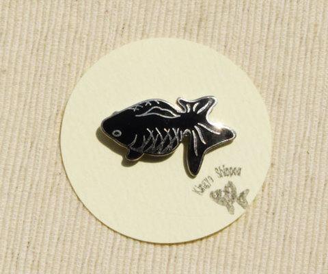 メタル七宝 ピンブローチ 黒『見上げる金魚』