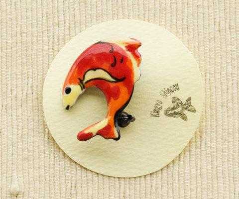 跳ねる魚のブローチ