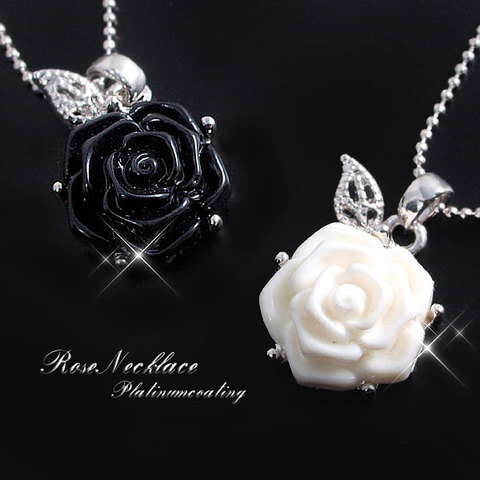 「深黒と純白」薔薇モチーフペンダント!