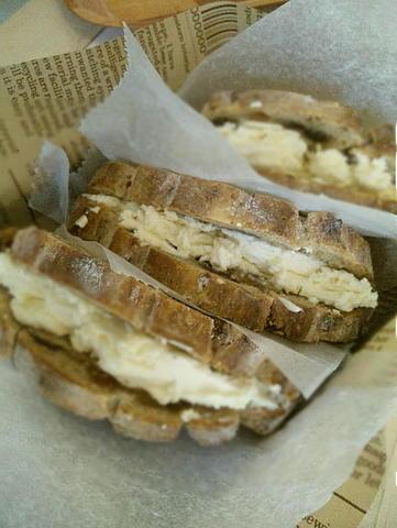 天然酵母カンパーニュのフルーツクリームチーズサンド(今月限定)