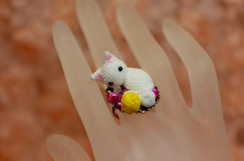 毛糸で遊び疲れた子猫のリング