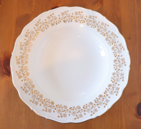 金の装飾のスープ皿