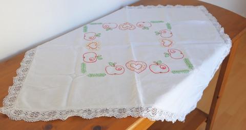 りんごの刺繍が可愛いテーブルクロス