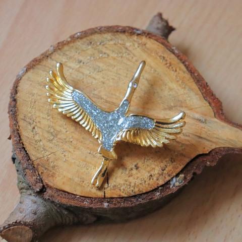 飛翔する白鳥のブローチ