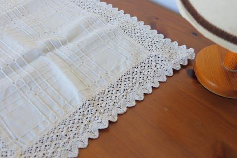 厚めの生地にミシン縫いで刺繍が入りサイドは鍵編みのテーブルセンター