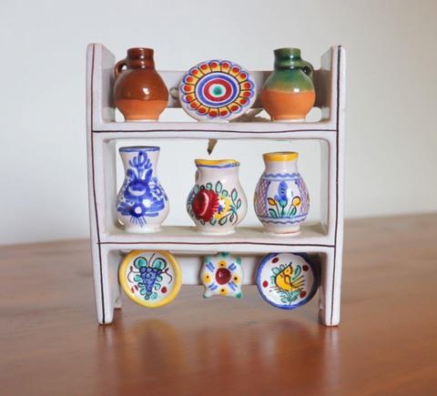 陶器のミニチュアの壁飾り