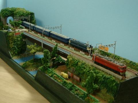 ●ロングジオラマ1.山あいの複線ガーダー鉄橋と川、踏切のある風景