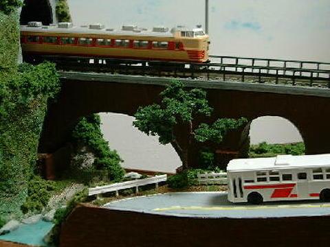 ミニらま10 山あいの道路とア-チ鉄橋のある風景