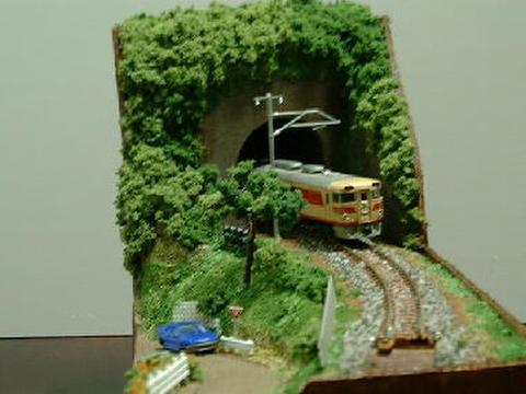 感謝02  トンネルと山道のある風景1