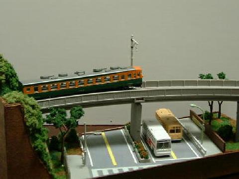 感謝05  幹線道路と交叉するロ-カル線のある風景
