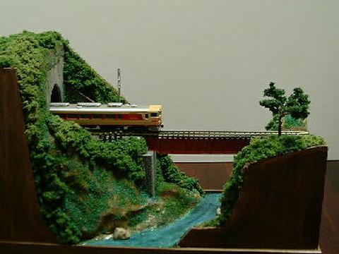 感謝06  トンネルを抜けデッキガ-ダ-鉄橋を渡るロ-カル線情景