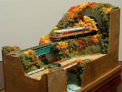 ミニらま1-2 紅葉の小渓谷とトンネルのある鉄道風景
