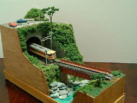 感謝12  デッキガ-ダ-鉄橋と渓流の見える見晴台のある風景