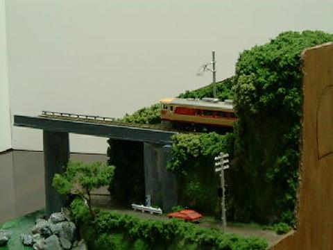 感謝16  トンネルと川に沿った山道のある風景