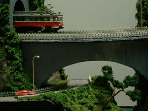 感謝17  トンネルを出て大ア-チ鉄橋を渡りまたトンネルに入る