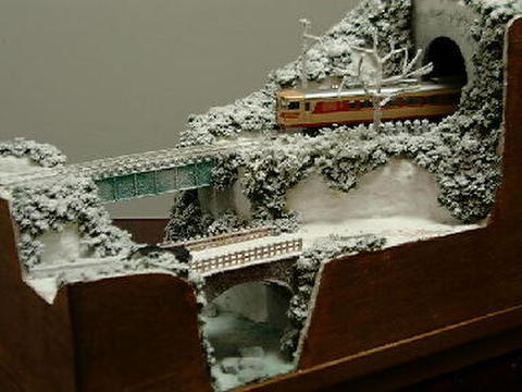 ミニらま1-3 雪の小渓谷とトンネルのある鉄道風景
