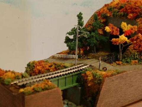 ミニらま3-2     小さな踏切に川とトンネルのある鉄道風景(紅葉バ-ジョン)