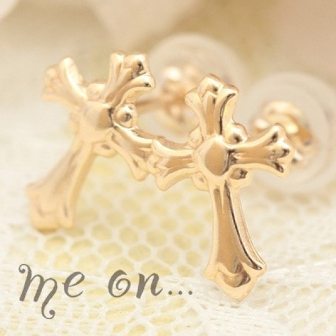 神聖な十字架が目をひく、K10アンティーククロスモチーフピアス【即納】