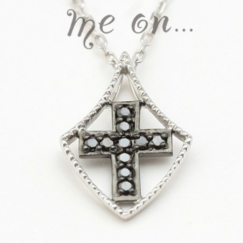 ブラックダイヤモンドで刻まれた十字架の紋章K10ホワイトゴールドクロスモチーフネックレス