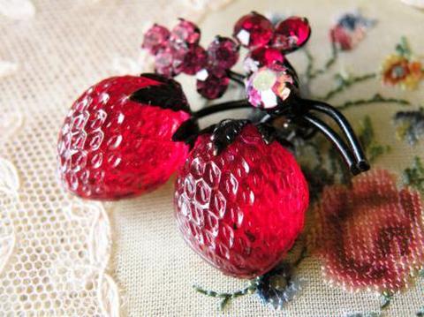 ヴィンテージ オーストリア製 フルーツブローチ 黒い茎の赤いストロベリー