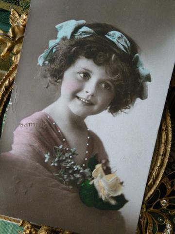 アンティークポストカード 水色リボンと黄色い薔薇の少女
