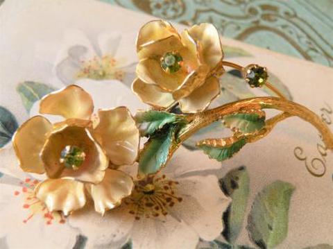 ヴィンテージ 絵葉書のような 薔薇の立体的なブローチ