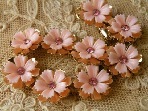 ヴィンテージ CORO ピンクのお花のスタッカブル キッチュでレトロなブレスレット