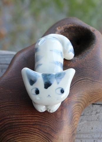 キュートな1点もの! 手びねり猫(伏せ猫)箸置きD(陶器製)