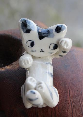 キュートな1点もの! 手びねり猫(左手招き)シマ猫箸置き(陶器製)