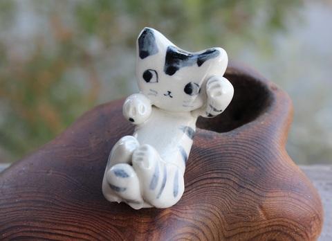キュートな1点もの! 手びねり猫(左手招き)箸置きA(陶器製)