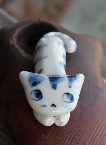 キュートな1点もの! 手びねり猫(伏せ猫)シマ猫箸置き(陶器製)