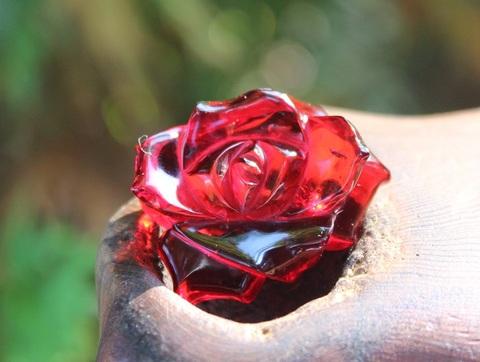 激レア1点もの! レッドアンバー(赤琥珀)手彫り薔薇