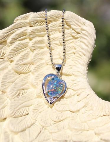 セール特価! 極上の虹色… 宝石質天然オパールペンダント ハートタイプ